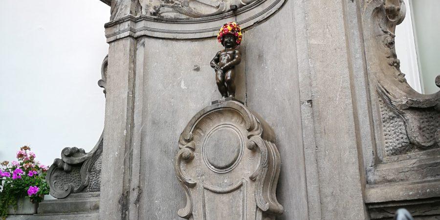 Manneken-Pis avec un beau chapeau fleuri